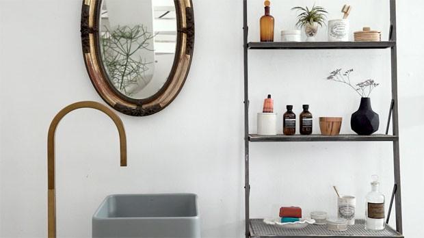 Organização de banheiro: um jeito lindo de decorar com estante-escada (Foto: Reprodução)