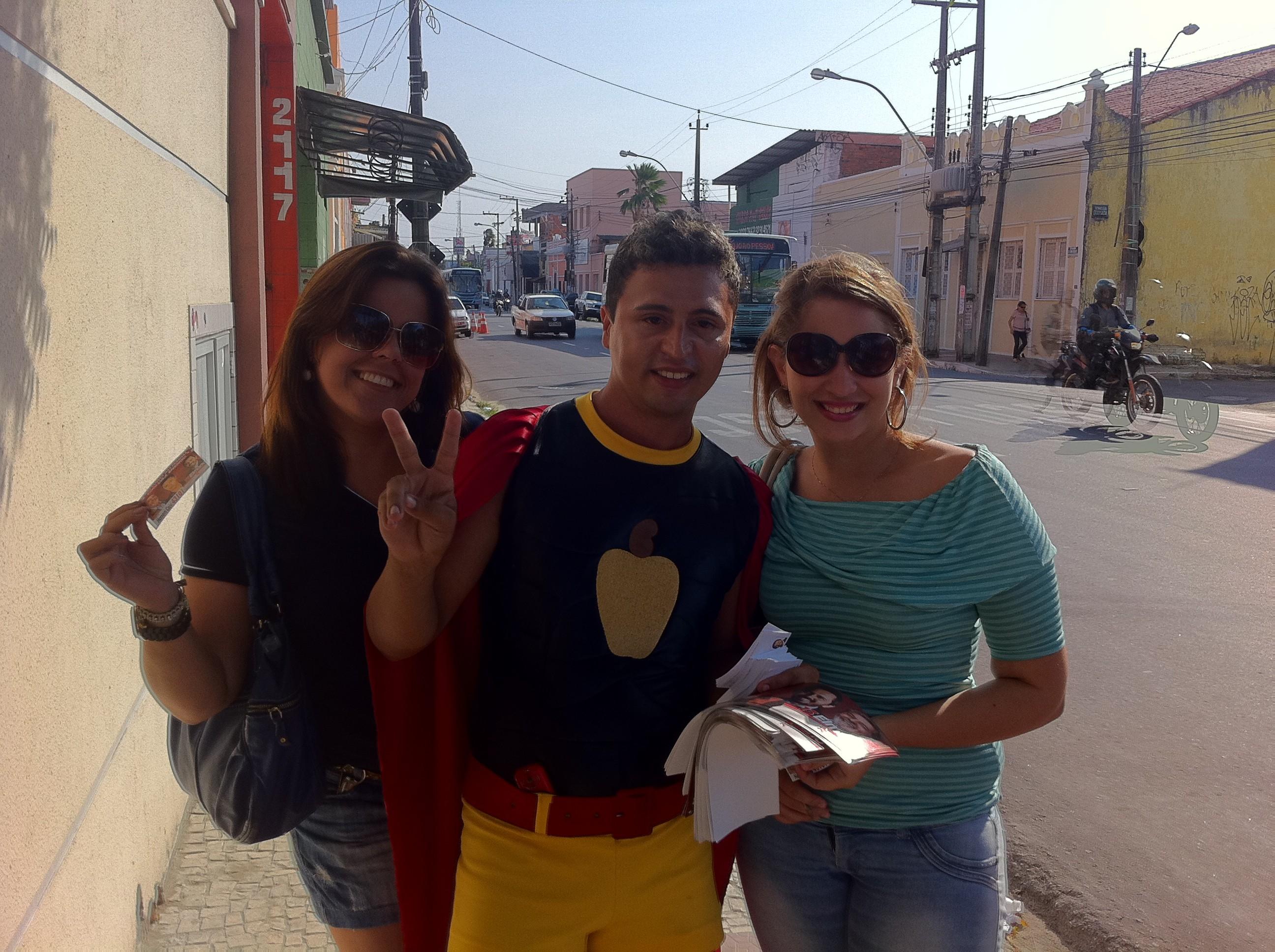 Kleber Santana vai às ruas com as 'cajuzetes' (Foto: André Teixeira/G1)