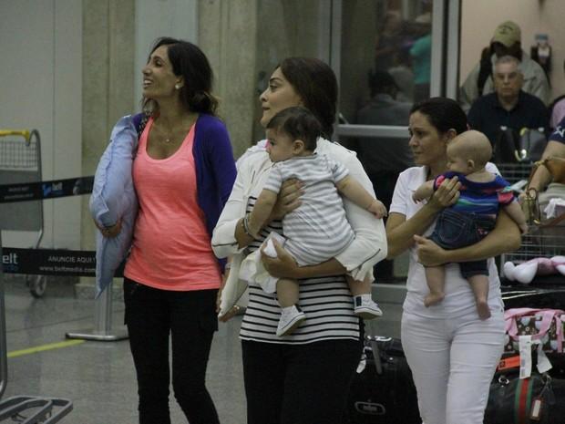 Juliana Paes com o filho Antonio em aeroporto no Rio (Foto: Delson Silva e Dilson Silva/ Ag. News)