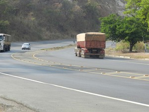 Motoristas reclamam de se sentirem inseguros em trecho que não há postos e nem acostamento (Foto: Caroline Aleixo/G1)