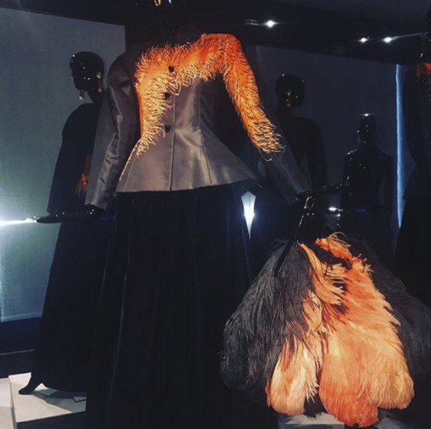 Here come the opulent '80's! Hubert de Givenchy Ostrich patterned dress and feather plume from 1979 couture. (Foto: @suzymenkesvogue)
