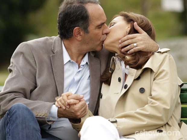 Virgílio e Helena vivem felizes o amor que os une (Foto: Fábio Rocha/TV Globo)