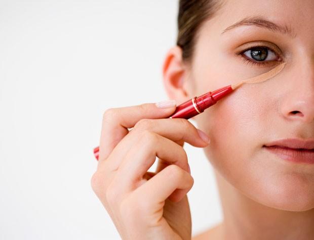 Evite corretivos secos para cobrir olheiras (Foto: Thinkstock)
