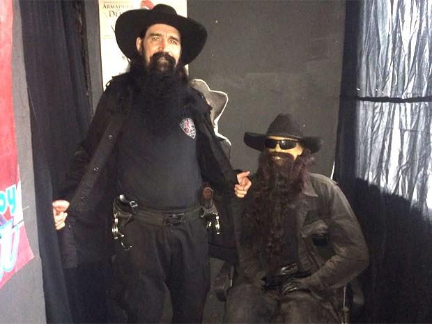 Policial Beleza tem 3 bonecos sósias em casa (Foto: Lívia Torres / G1)