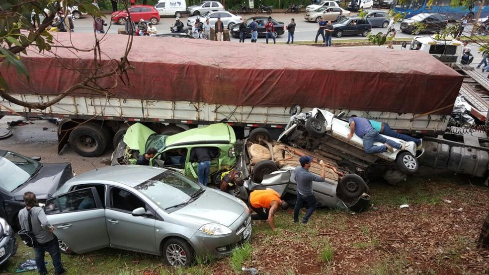 Vários carros e uma carreta se envolveram em grave acidente na BR-356, próximo ao BH Shopping, em Belo Horizonte (Foto: Reprodução/Internet)