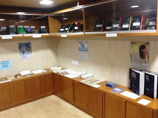 Museu da bíblia dentro do barco expõe exemplares escritos em 10 idiomas (Foto: Cassio Albuquerque/G1)
