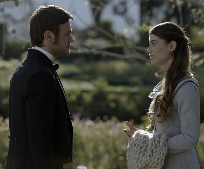 Pedro diz para Lívia que ela quer ficar mais perto de Felipe  (Foto: TV Globo)