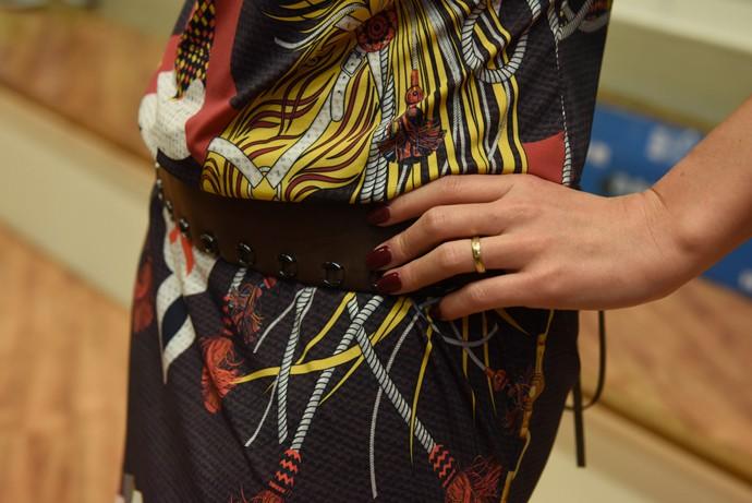 Daiane Fardin look Estúdio C Cinto de couro e esmalte em tom escuro são detalhes importantes para compor o look (Foto: Mana Gollo/ RPC )