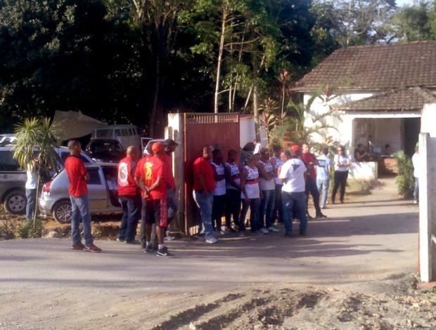 torcida do Flamengo no Ninho do Urubu protesto (Foto: Richard Souza / Globoesporte.com)