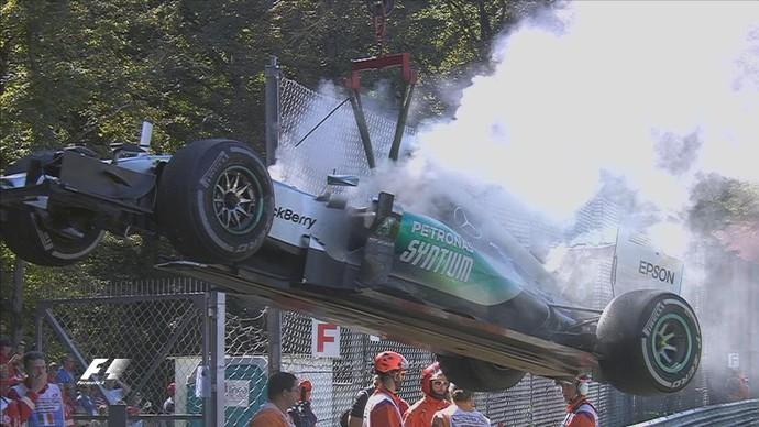 Mercedes de Nico Rosberg sendo rebocada após abandono no GP da Itália (Foto: Reprodução)