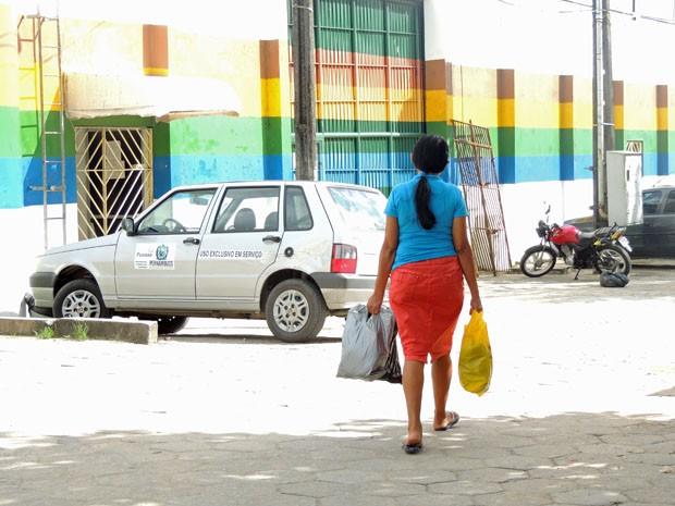 Mãe junta economias da semana para visitar e trazer comida para filho interno do Case da Funase (Foto: Katherine Coutinho / G1)