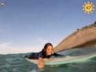 Doze quilos mais magra, Carol Nakamura mostra aula de surfe