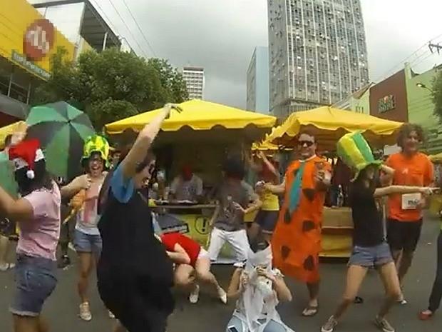 Comerciantes gravaram versão em feira no Centro de Manaus (Foto: Reprodução)