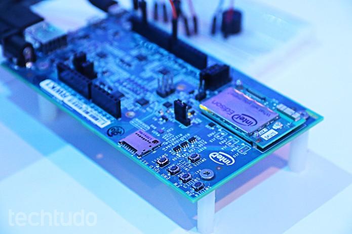 Placa-mãe da Intel segue a tendência de hardware cada vez mais reduzido (Foto: Fabrício Vitorino/TechTudo)