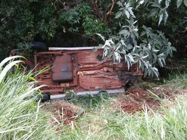 Caminhonete ficou caída ao lado de estrada vicinal (Foto: Divulgação/BPFron)