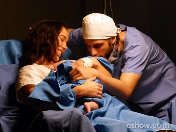 José Alfredo dá um beijo carinhoso na filha recém-nascida  (Foto: Império/TV Globo)