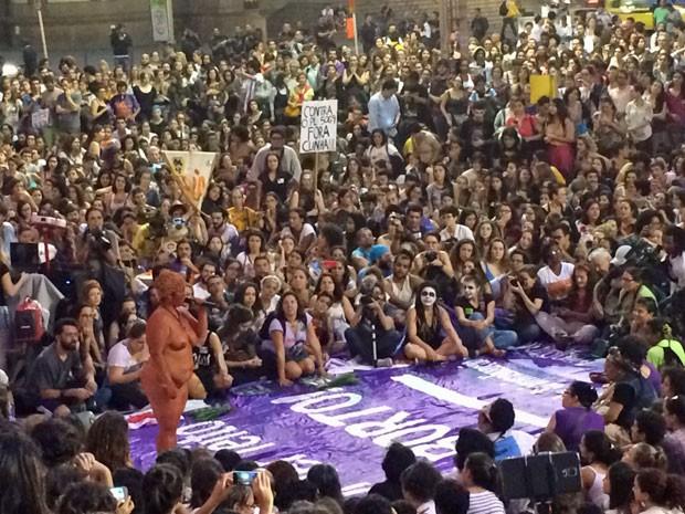 Mulher nua faz performance durante a manifestação (Foto: Matheus Rodrigues / G1)
