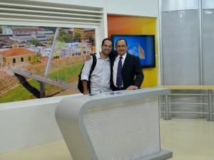Ayres confere os últimos detalhes com o Diretor Geral de Jornalismo (Foto: Hellen Monteiro/ Rede Amazônica)