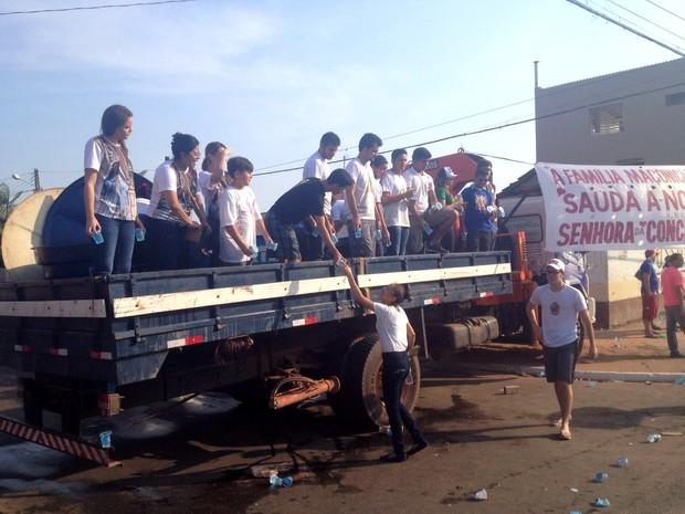 A instituição paramaçônica, Guardiões do Tapajós, distribuiu água para os fiéis (Foto: Kedma Araújo/G1)
