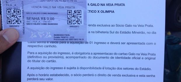 Senha distribuída a torcedores do Atlético-MG (Foto: Rodrigo Franco)