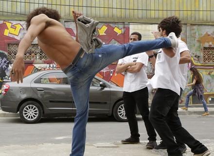 Roger provoca Pedro, que tira a camisa e parte pra briga