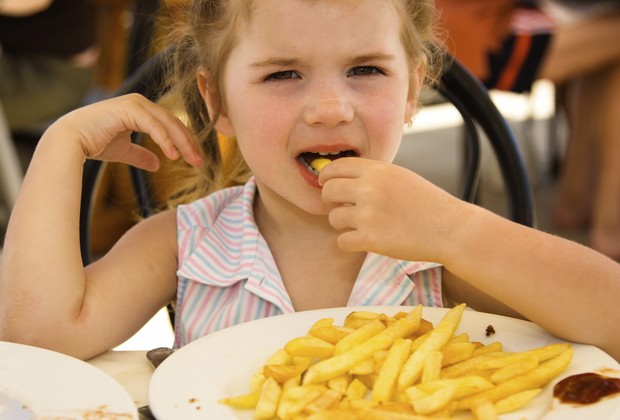 Criança comendo batata frita (Foto: Thinkstock)