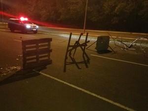 Adolescentes fizeram barreira em avenida para assaltos (Foto: PM/ Divulgação)