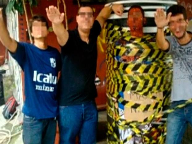 Aluno de blusa preta foi expulso, os outros dois suspensos por um semestre (Foto: Reprodução / TV Globo)