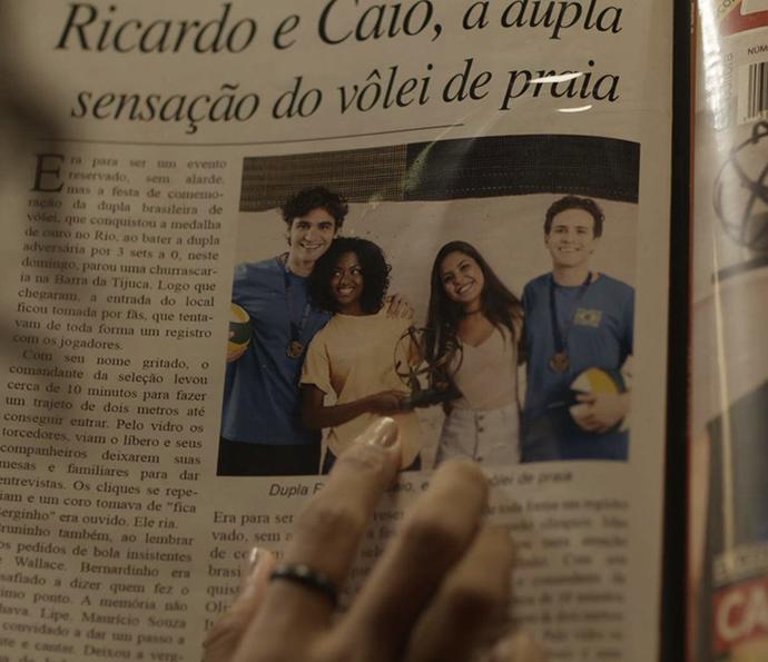 Garota vê a mãe ao lado de Ricardo em foto (Foto: TV Globo)
