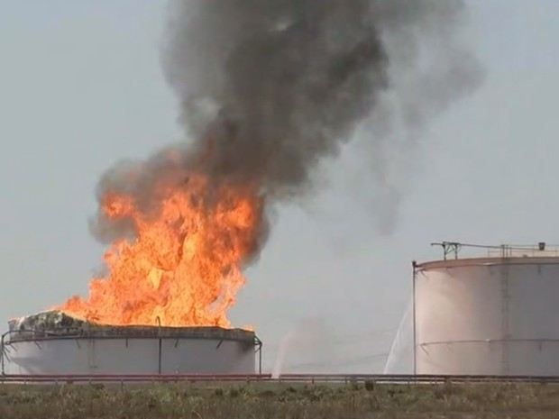 Fogo atingiu tanque de álcool da usina (Foto: Fernando Daguano/TV Tem)