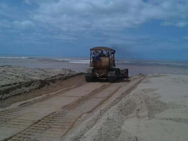 Máquinas trabalham na praia de Regência, em Linhares (Foto: Divulgação/ Prefeitura de Linhares)