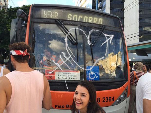 Ônibus fica parado preso no trânsito na região da Vila Madalena (Foto: Glauco Araújo/G1)