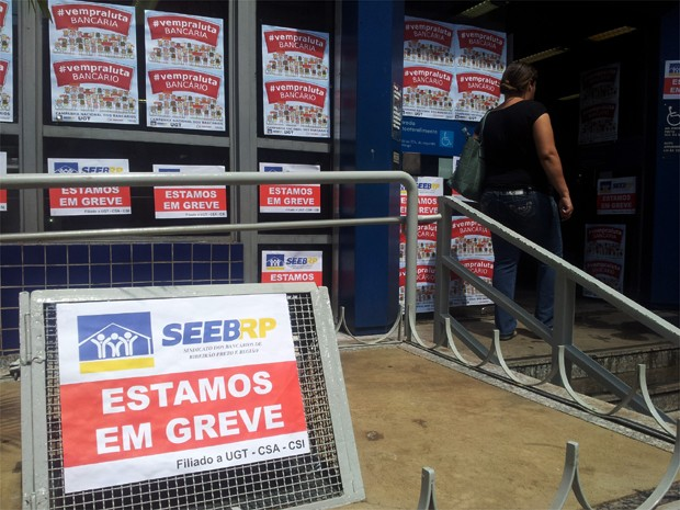 Agência da Caixa Econômica Federal permanece fechada na Rua Américo Brasiliense (Foto: Adriano Oliveira/G1)