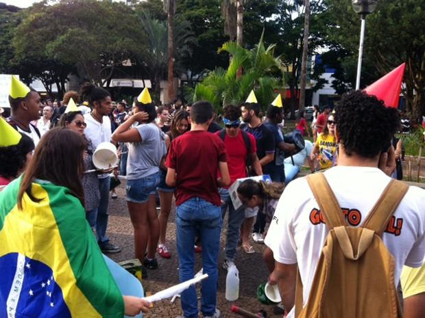 Grupos se reúnem na Praça Clarimundo Carneiro para manifestação (Foto: Fernanda Resende/G1)