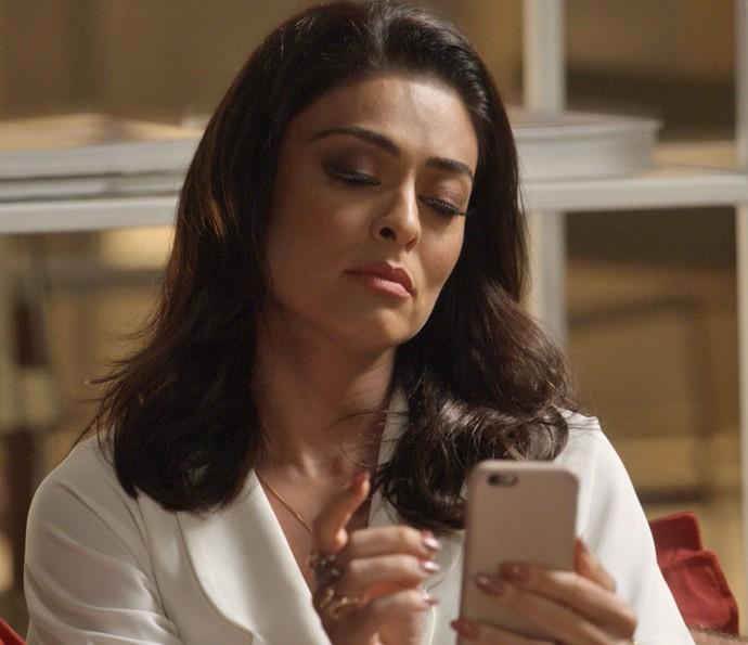 Carolina fica arrasada ao ver a notícia (Foto: TV Globo)
