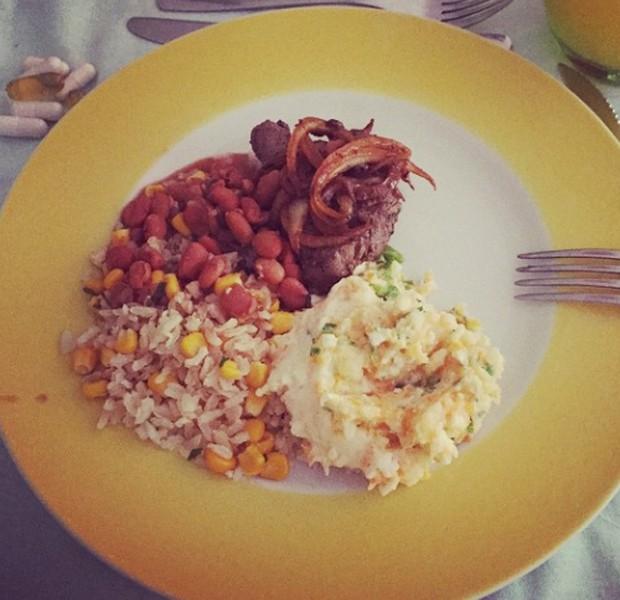 Luana mostra seu prato saudável: arroz integral, feijão marrom, salada de maionese e bife  (Foto: Arquivo pessoal)