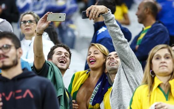 Bianka posa com torcedores no jogo do Brasil contra o Paraguai, na noite desta terça-feira (28) (Foto: Ag News)
