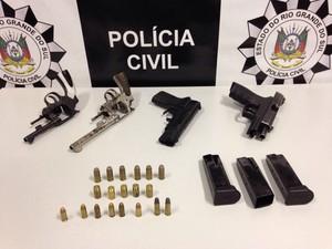 Quatro armas foram apreendidas, uma delas de brinquedo (Foto: Polícia Civil/Divulgação)