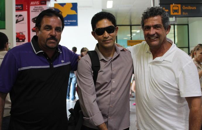 Novo técnico do Salgueiro é recebido por diretoria do time, no aeroporto Senador Nilo Coelho em Petrolina (Foto: Amanda Lima)