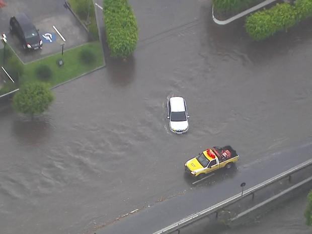 Córrego Ipiranga transbordou e água invadiu a Abraão de Moraes (Foto: Reprodução/TV Globo)
