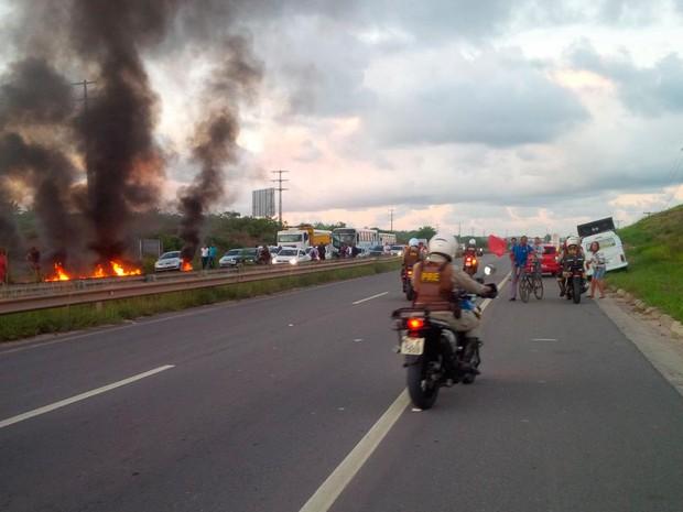 Protesto bloqueou rodovia BA-093 na manhã desta terça (Foto: Divulgação/Bahia Norte)