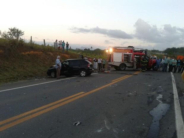 Acidente envolvendo dois carros de passeio deixou um morto e quatro feridos na Serra, Espírito Santo. (Foto: André Falcão/TV Gazeta)
