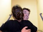 Dinho dá aquele abraço em Ivete em tour pelos bastidores do SuperStar