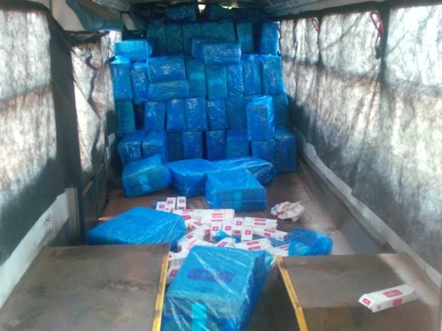 Cigarros contrabandeados eram armazenados em um ônibus e uma caminhonete (Foto: Divulgação/PM/BPFron)