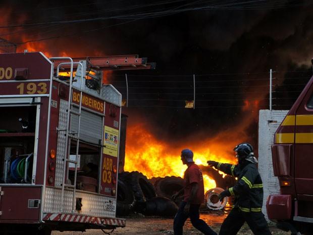 Duas viaturas dos bombeiros foram acionadas para combater o fogo (Foto: jornalismo; Maranhão; Imperatriz; incêncio)