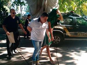 Suspeitos presos em Salvador por fraude em loterias chega ao DPT (Foto: Alan Tiago/G1)