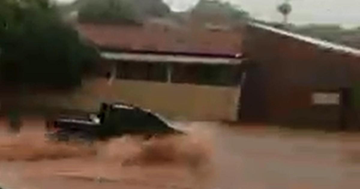 Chuva derruba árvore e alaga ruas em cidades do noroeste paulista - Globo.com