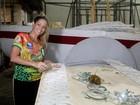 Danielle Winits visita barracão da Grande Rio e põe a mão na massa
