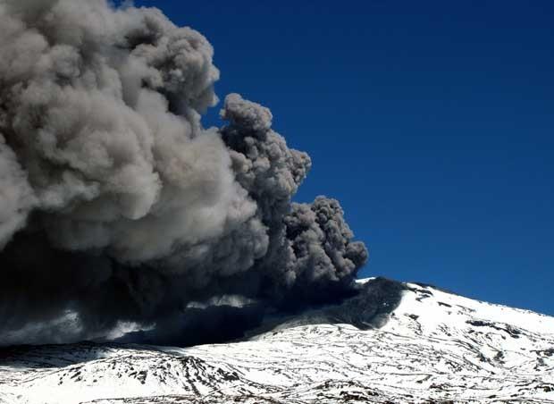 Vulcão Copahue é visto da cidade de Caviahue, na Argentina, neste sábado (22) (Foto: AFP)