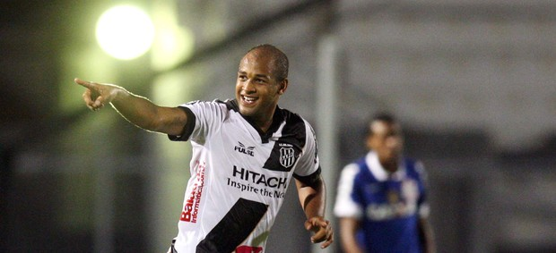 Fellipe Bastos gol Ponte Preta (Foto: Marcos Ribolli / Globoesporte.com)